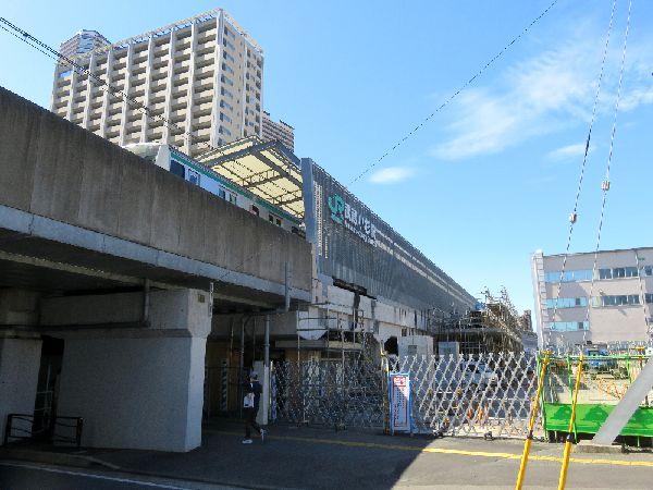 横須賀線武蔵小杉駅を発車する相鉄線海老名行きE233系と増設工事中の下りホーム