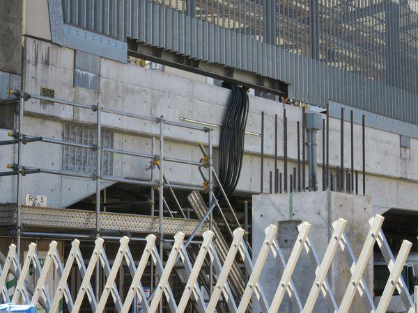 既存ホーム側と増設ホームの高架橋と一体化させるため鉄筋が削り出されている。