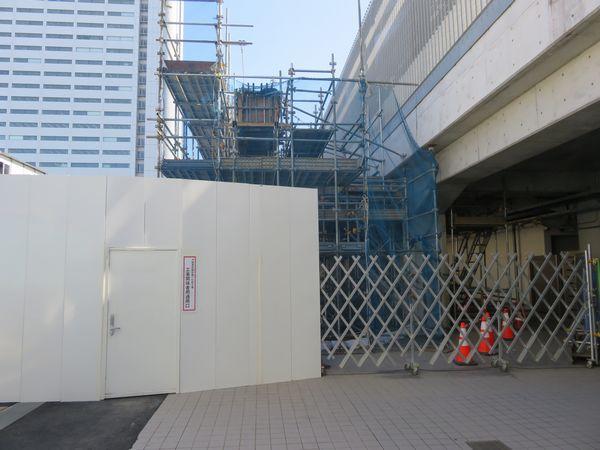 新南改札前から高架橋の構築作業を見る。コンクリートの型枠が組まれている。