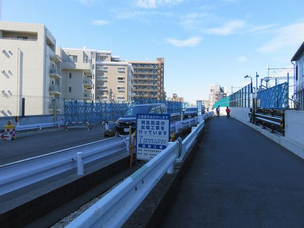 西側を並行する綱島街道は拡幅工事中