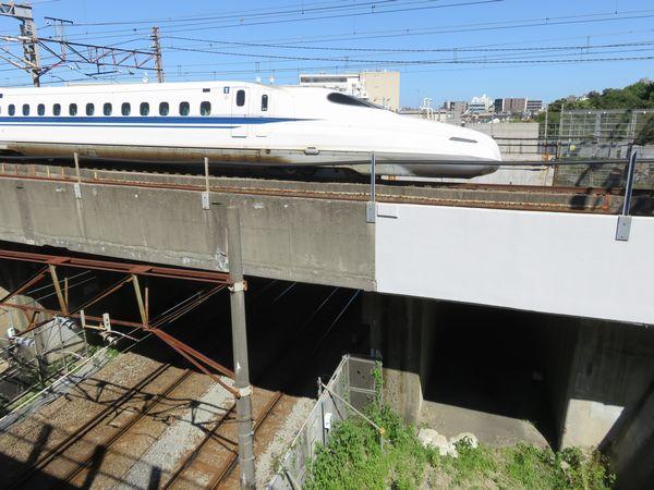 綱島街道から南武線と横須賀線・東海道新幹線の交差部分を見る。右の空間は2010~2011年にかけて仮設通路が設置されていた。