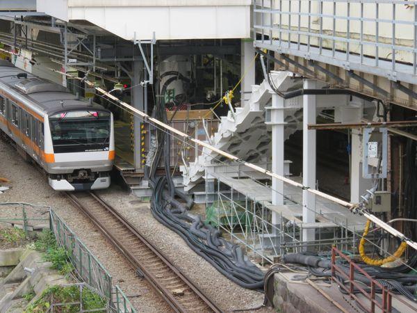 お茶の水橋から駅に停車中の中央線を見る