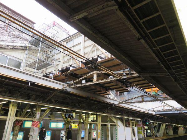 跨線橋は早くも取り壊しの準備が開始されており、部材の落下防止用のカバーの取り付けが進む。