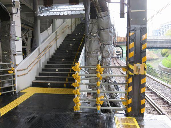 改築が終了し、使用が再開されたお茶の水橋口側の階段。快速線側はグリーン車連結に伴うホーム延長スペースになるため、階段全体の幅がが縮小されている。