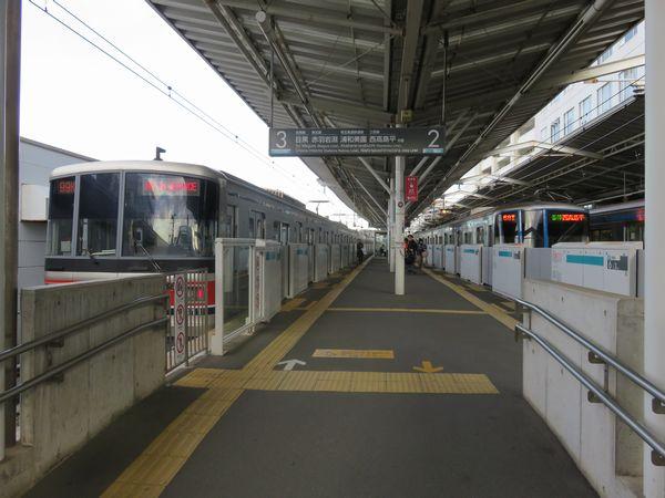 改良工事着工前の奥沢駅は2面3線のホームになっており、北側の3番線は行き止まりとなっていた。