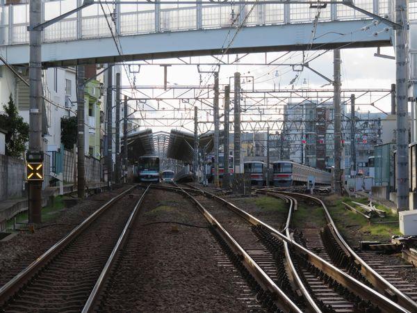 目黒寄りの大岡山4号踏切から奥沢駅を見る。右側には目蒲線時代の車両基地を縮小した留置線が7本あった。