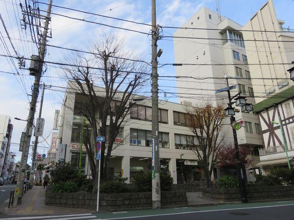 下りホームには隣接して改札口や業務施設が入る駅ビルや社宅が立ち並ぶ。