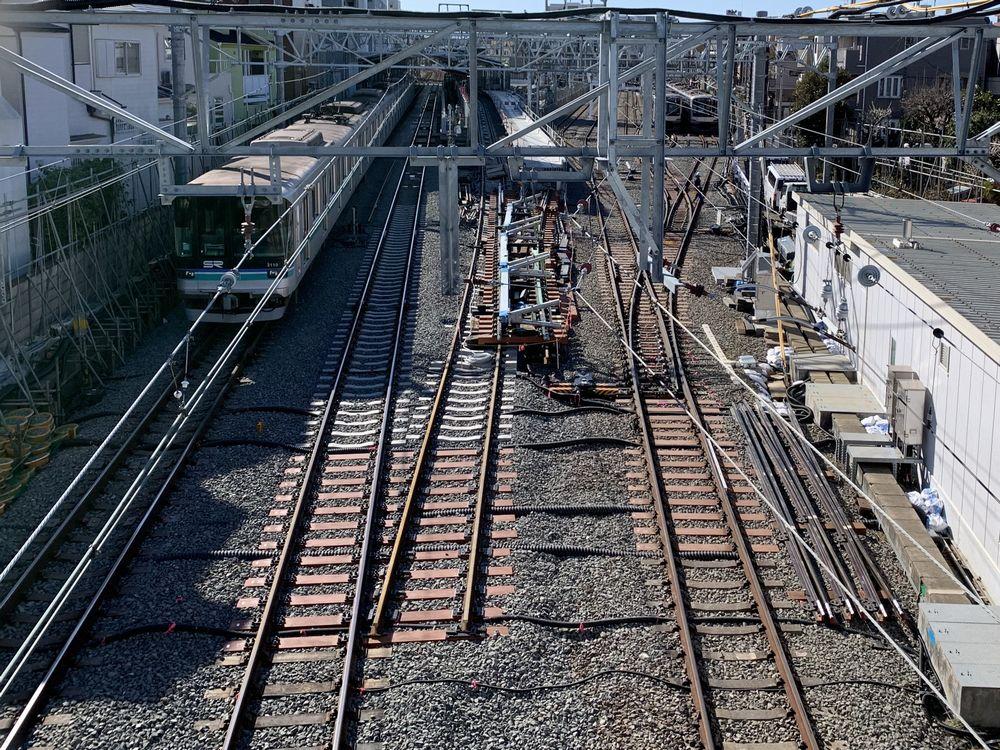 8両化と通過線新設工事が進む奥沢駅