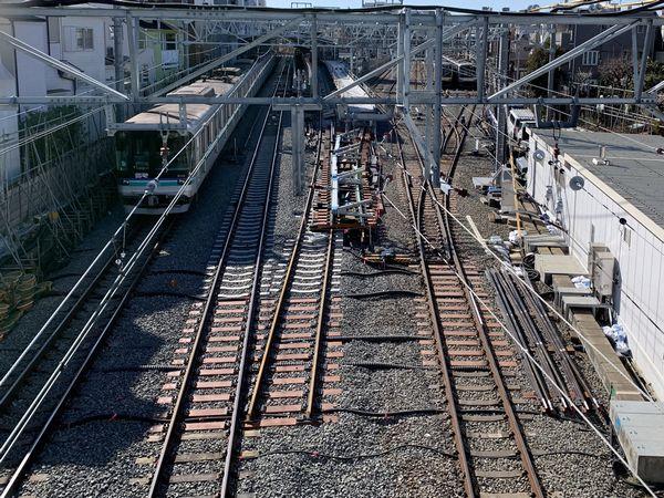 目黒寄りの歩道橋から見た新3番線と上り線の合流予定地。奥に準備されていたポイントは3月10日頃に挿入された。