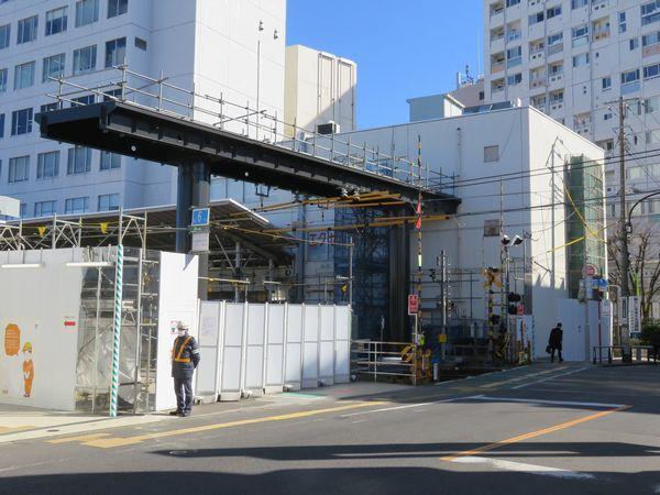 日吉寄りの駅端に出現した横断デッキの橋桁。