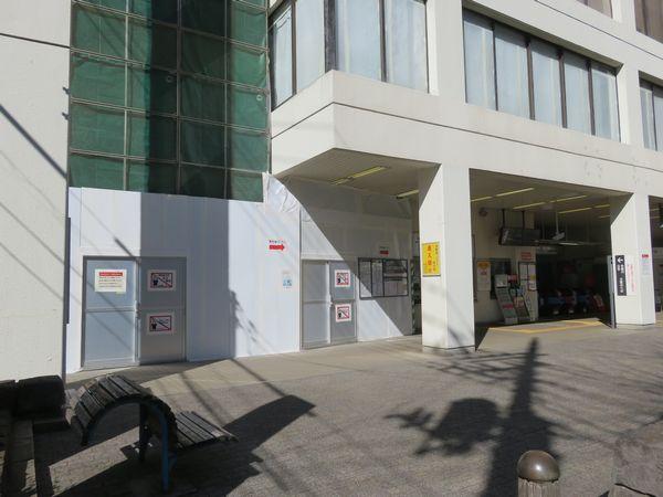 横断デッキの下り線側は現在の駅ビルを改造して階段・エレベーターを新設する。