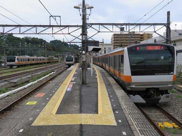 青梅駅で並ぶE233系