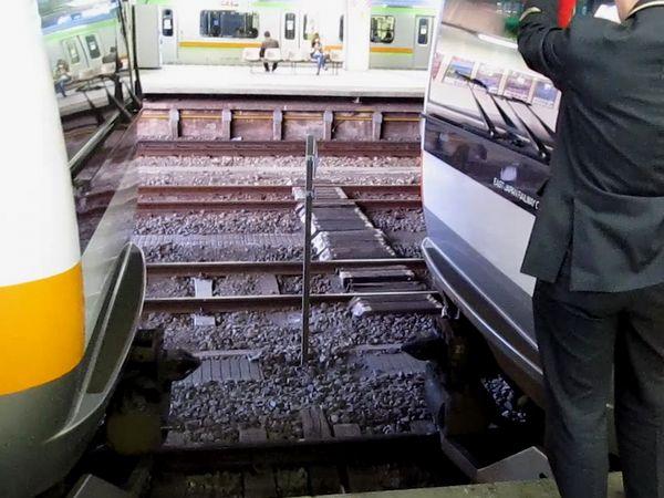 拝島駅で連結作業を行うホリデー快速「おくたま」「あきがわ」。