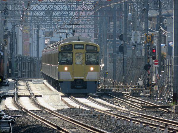 仮線接続地点を走行する西武2000系電車