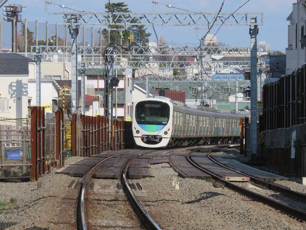 新井薬師前駅の西武新宿寄りにある踏切から工事区間を見る。