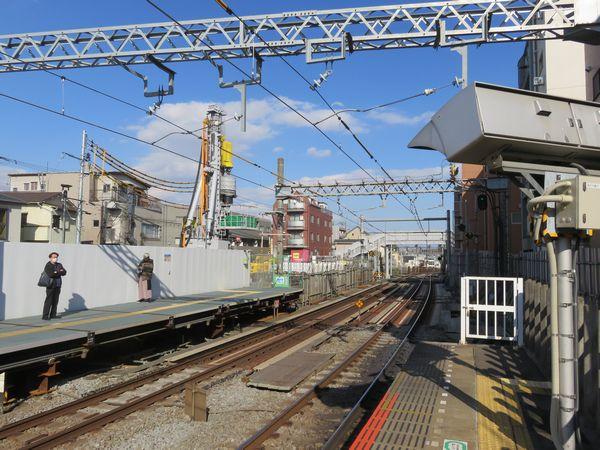 新井薬師前駅のホームから西武新宿方面を見る。重機が入れられ掘削作業が続いている。