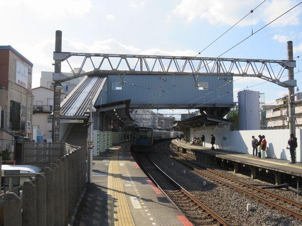 ホーム中央付近に設置された仮設跨線橋