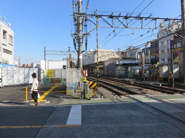 本川越寄りの踏切から見た2代目仮北口と南口