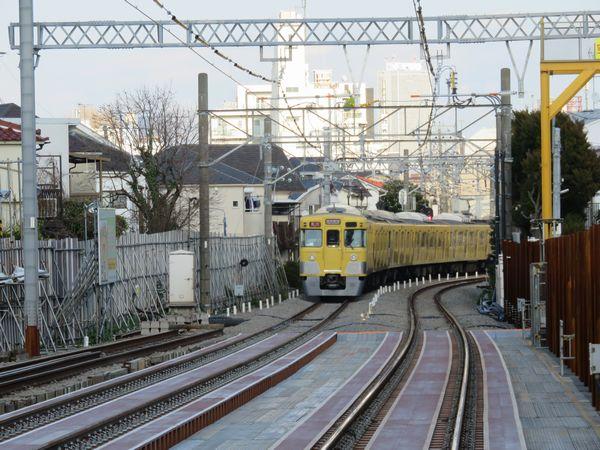 同じ踏切から西武新宿方面の新旧接続点を見る。