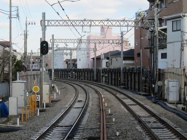 野方駅のホーム端から西武新宿方面を見る。線路が全体的に右側に移動している。