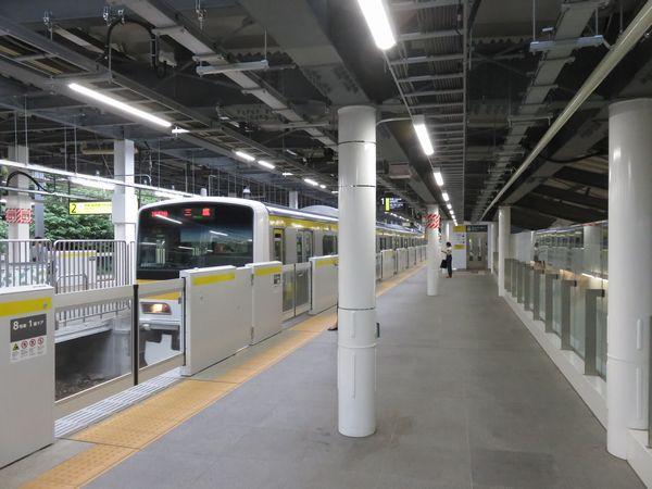 千駄ヶ谷駅新ホームに到着するE231系500番台