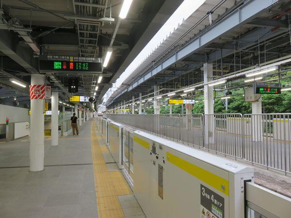 千駄ヶ谷駅新ホームと稼働を開始したホームドア。