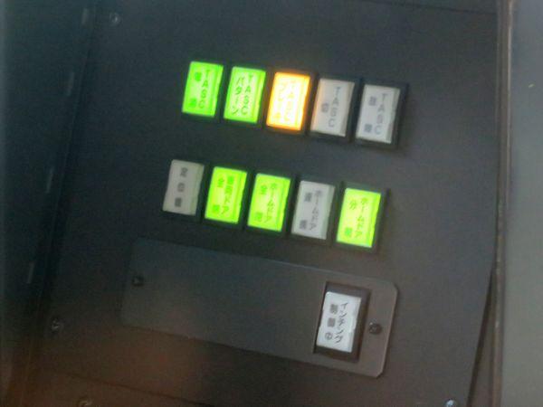 中央・総武線E231系500番台運転台のTASC表示灯。下段のランプは転用時に追加された「インチング制御中」ランプ。