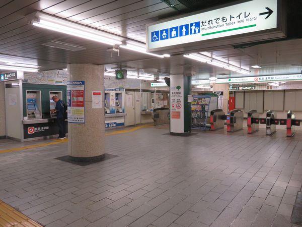 泉岳寺駅地下1階の改札口。レイアウトは開業時からほとんど変わっていない。