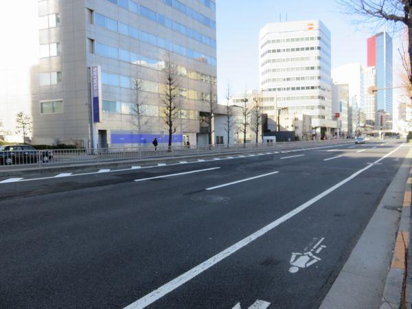 泉岳寺駅の地上部分。車道中央で埋設物の移設が行われている。
