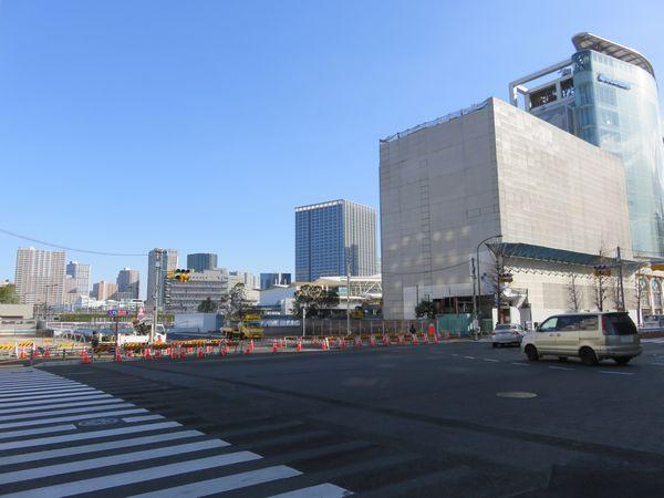 取り壊し中の京急旧本社と開業間近の高輪ゲートウェイ駅。左の道路は駅へのアクセスルート。