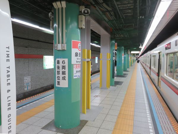 泉岳寺駅1・2番線ホーム上で進められている柱間への補強材追加工事