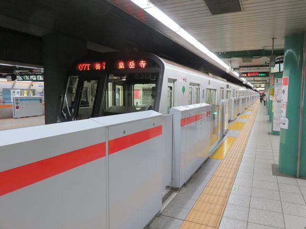 泉岳寺駅では、駅拡張とは無関係にホームドアが設置された。