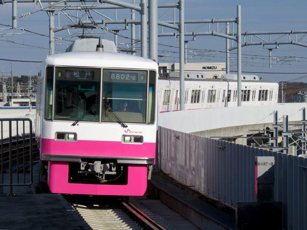 新鎌ヶ谷駅高架ホームに到着する松戸行き8800形電車