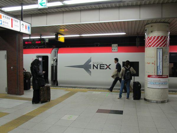 東京駅に停車中の成田エクスプレス。総武線は成田国際空港へのアクセスという重要な役割を担っている。