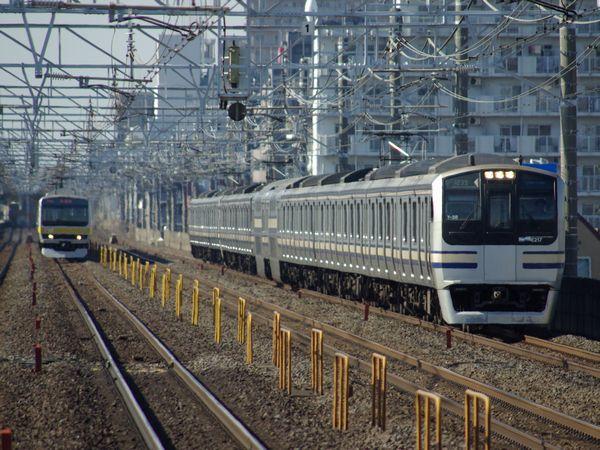 千葉県市川市内の複々線区間を行く総武快速線E217系(右)と緩行線E231系(左)。
