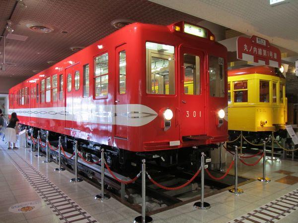 江戸川区の地下鉄博物館に保存されている営団300形電車と東京地下鉄道1000形電車