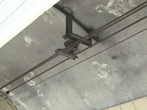 シールドトンネル区間の架線。シンプルカテナリとき電線を同じ金具で吊るしている。