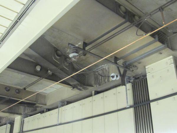 東京駅構内では吊架線とき電線を兼用するき電吊架式(インテグレート架線)を採用。