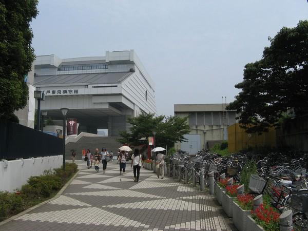 正面のルーバーが付いた建物がトンネル坑口上部の両国換気所。左奥が江戸東京博物館。
