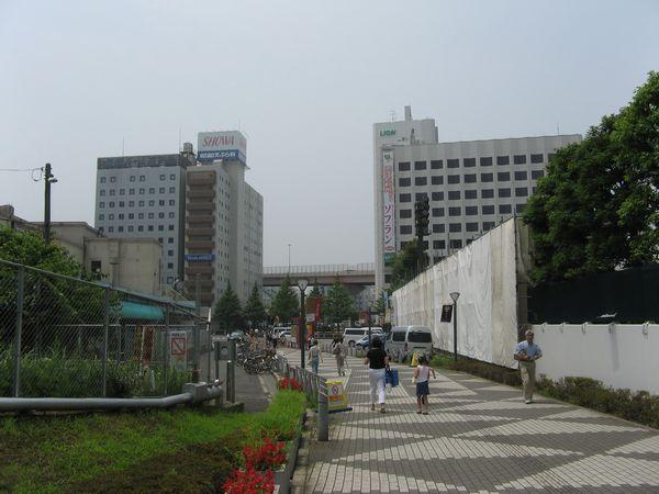 両国駅駅舎の脇から隅田川方面を見る