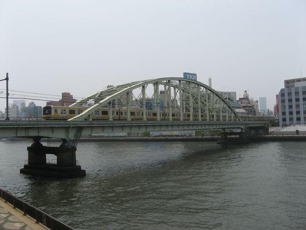 総武緩行線隅田川橋梁とE231系電車。トンネルは手前から奥に向かって河底を進んでいる。