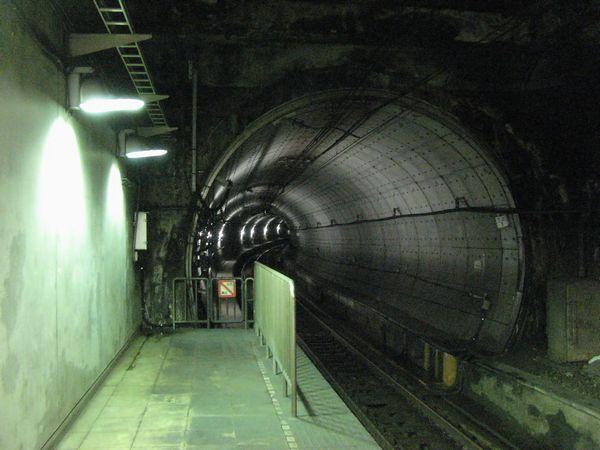 馬喰町駅の端から見た柳橋トンネル上り線。ホーム直前まで22.5‰の急勾配である。