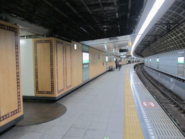 東京メトロ千代田線国会議事度前駅のホーム。単線サイズのシールドトンネルを2本並行させ、双方をいくつかの連絡通路で接続している。