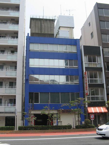 出口5がある早川ビル。ビル後ろに見えるくすんだ四角い物体が換気塔。