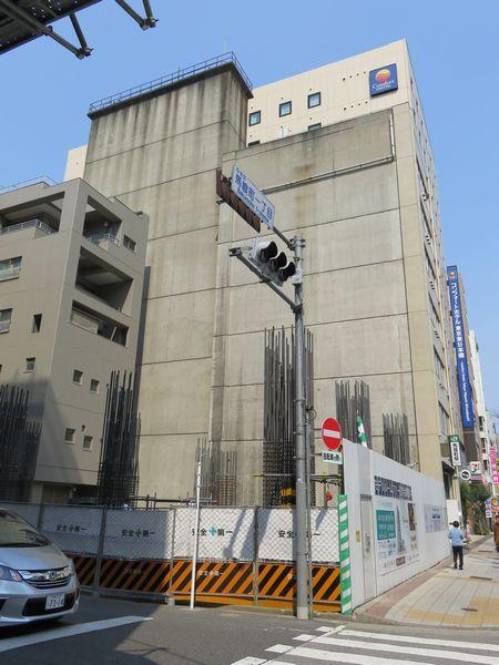 長坂ビルと裏にある換気塔。(2017年頃に隣接ビルが解体された際撮影)