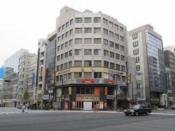 出口1がある吉野家馬喰町ビル。裏には換気塔もあるが見えない。