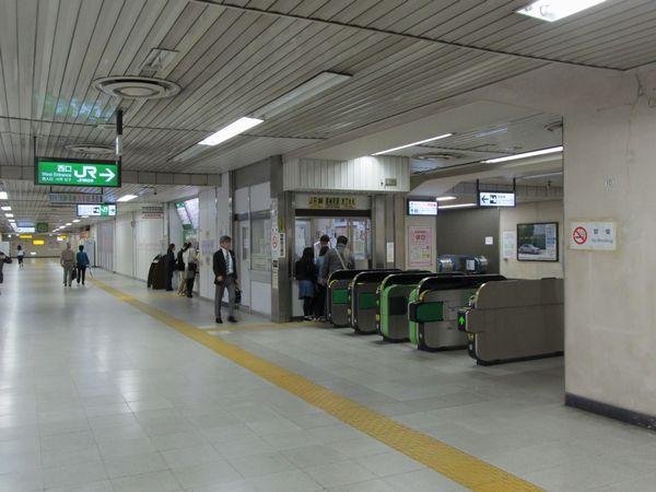 地下1階の西口改札。東口も左右対称でほぼ同レイアウトだが、無人化されている。