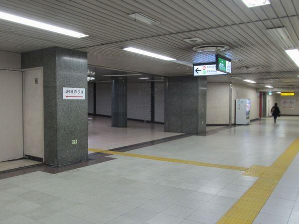 西口近くで分岐する馬喰横山駅・東日本橋駅への連絡通路