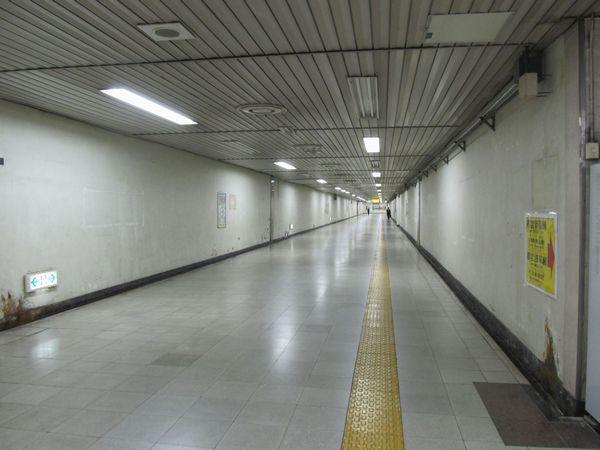 東西の改札口間を結ぶ通路。床下は換気ダクトになっている。