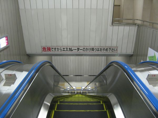 地下1階と4階を結ぶエスカレーター。